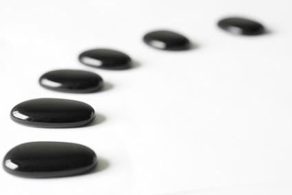 pierre noirs alignés